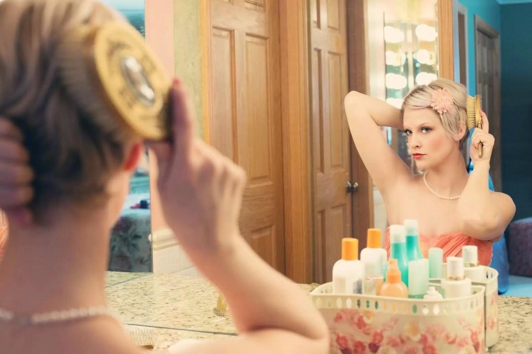 Mujer frente un espejo maquillandose