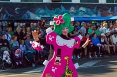Карнавал на Тенерифе — участница в костюме куклы в картонной одежде