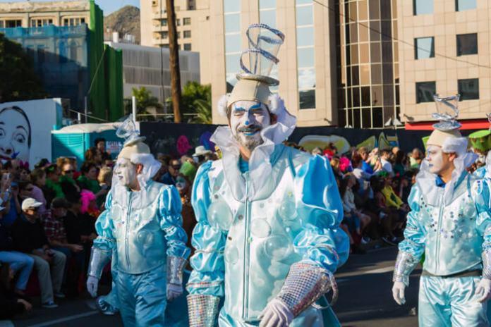 Главное шествие карнавала на Тенерифе в 2016 году — воздушные костюмы