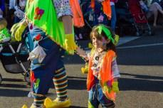 Главное шествие карнавала на Тенерифе в 2016 году — маленькая девочка на карнавале