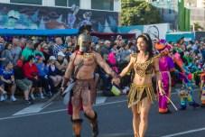 Главное шествие карнавала на Тенерифе в 2016 году — пара в гладиаторских костюмах