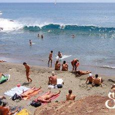 Отдыхающие нудисты на пляже Ла Техита