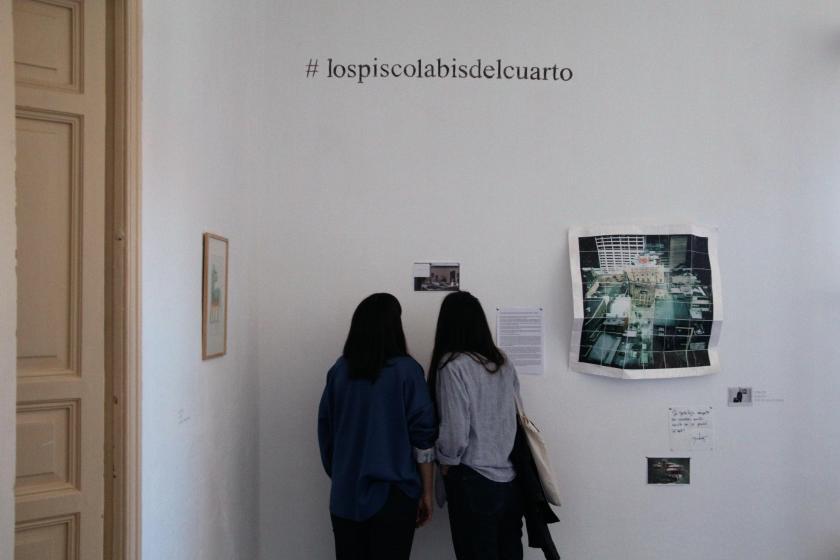 """Dos chicas contemplan las obras de Germán Gómez de la exposición """"Los piscolabis del cuarto"""""""