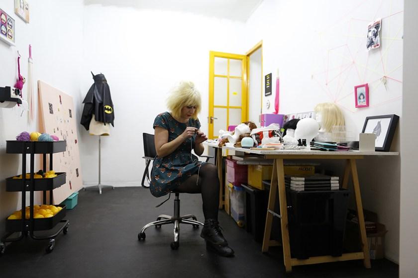 Edurne entregada a la costura en su estudio