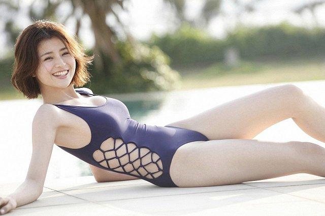 Chinami-Suzuki-khien-fan-dung-hinh-vi-body-nong-bong-mat (1)