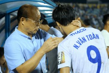 Văn Toàn, Tuấn Anh được HLV Park động viên sau trận đấu