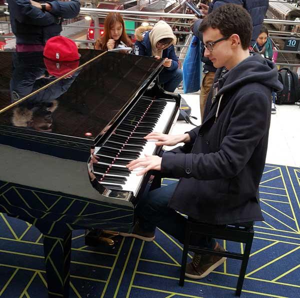 Pierre joue à la gare