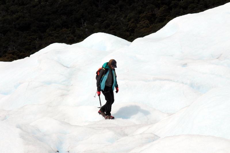 Siga na Viagem - Minitrekking sobre o Glaciar Perito Moreno - Guia caminhando adiante do grupo