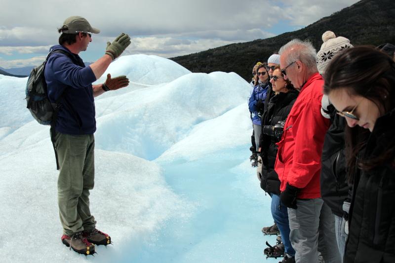 Siga na Viagem - Minitrekking sobre o Glaciar Perito Moreno - Guia orientando o grupo