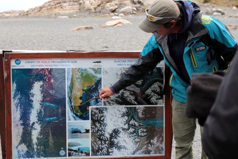 Siga na Viagem - Minitrekking sobre o Glaciar Perito Moreno - Guia prestando orientações aos visitantes