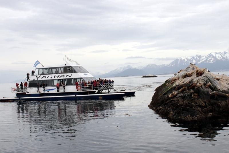 Siga na Viagem - Passeio pelo Canal de Beagle em Ushuaia - Embarcação próxima a colônia de lobos marinhos.