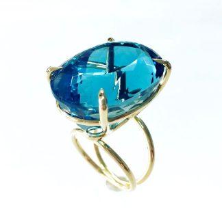 Ring mit 77ct Blautopas aus 18ct Gold.