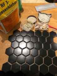 Die Komponenten: Muscheln, Schalentierresteund Edelsteine in kleinster und rohester Form, die Fliesen im Hexagon Format, und Fliesenkleber.