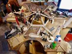 Und so ist das Modell im Verhältnis zum Tisch. Natürlich liegt es später nicht einfach da drauf sondern schwebt über der Werkbank. (So ist der Plan)