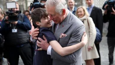 Photo of Cine este copilul pe care prințul Charles l-a îmbrăţişat