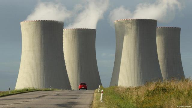 Czechs open preliminary round in nuclear project, keep Russia in for now