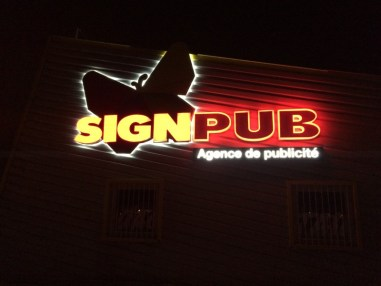 enseigne lumineuse avec lettres relief 3d plexi diffuant blanc avec eclairage led rgb - signpub.fr