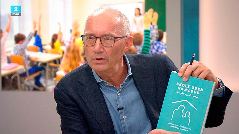 Niels Krause Kjær viser Skole uden Skældud frem i Deadline. Bogdesign Sigrun.nu
