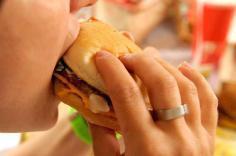 فرنسا. الأطعمة الغنية بالدهون تغيّر نظام المكافأة في دماغ الأطفال