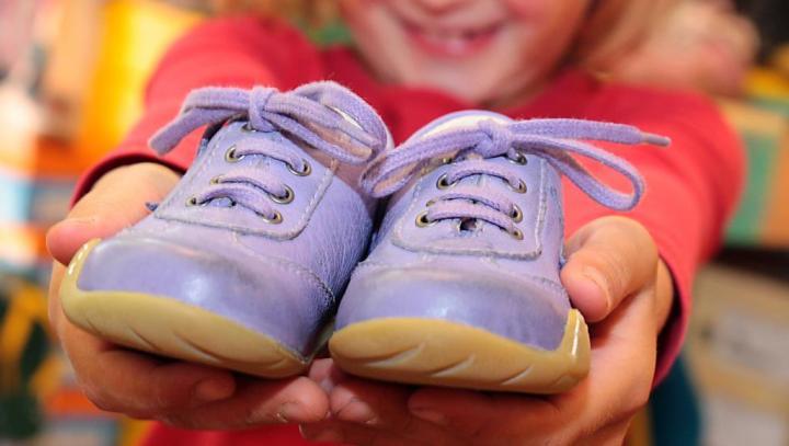 الطفل يحتاج حذاء جديدا كل 4 أشهر