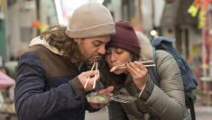 ما الوضعية الصحيحة التي يجب اتخاذها عند تناول الطعام؟