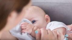 """قلق الأمهات قد ينتقل إلى الرضع ما يترك لديهم """"بصمة عاطفية"""" قد تهدد حياتهم"""