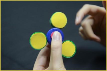 Langkah 7 Cara membuat Fidget Spinner dari tutup botol
