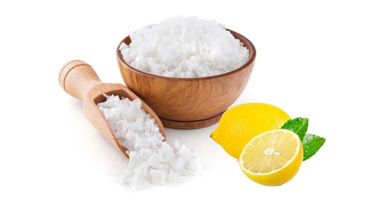 Зачем сыплют соль под дверь квартиры
