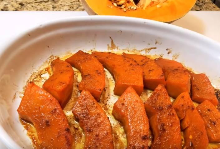 Kürbis in dem Ofen mit Stücken gebacken