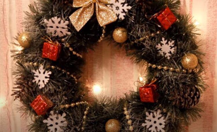 Новогодние венки на дверь своими руками из подручных материалов и мишуры