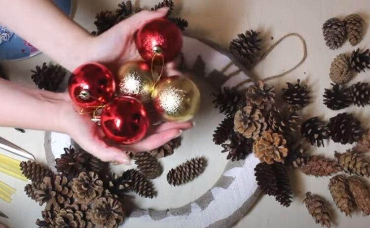Рождественский венок на дверь из шишек и еловых веток