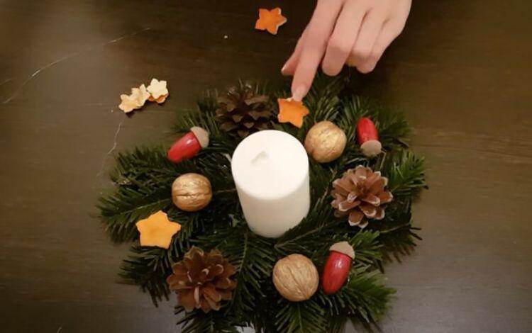 Corona sul tavolo del nuovo anno con una candela