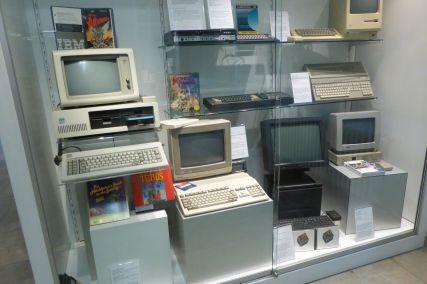 Die modernsten Computer: Homecomputer von 1987 (Man beachte die Monkey Island verpackung).