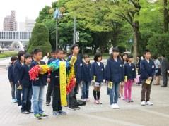 Niños ofreciendo mil grullas