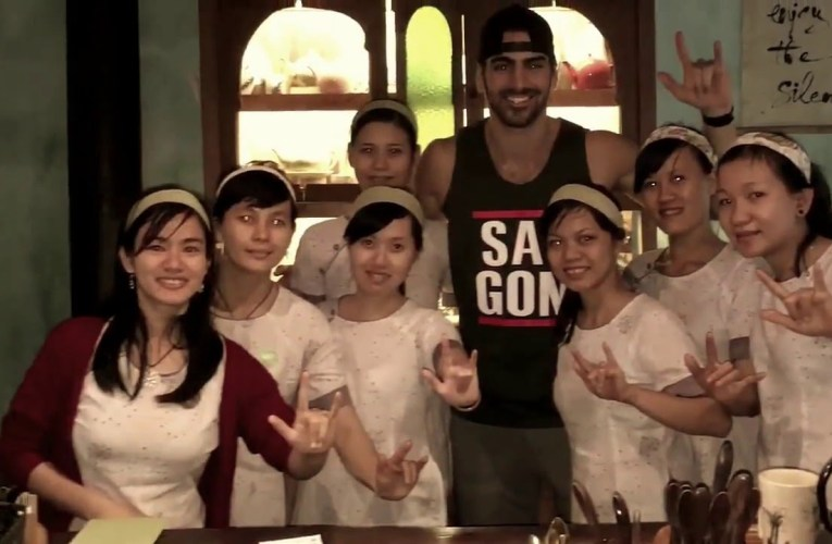 Nyle DiMarco only deaf world & first victory in America's Next Top Model to visit Hoi An