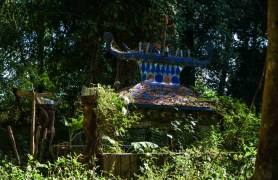 Tampuan grave protected by figurines