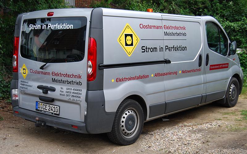 Folienbeschriftung auf einem silbernen Opel Vivaro mit einer dreifarbigen Werbebeschriftung für Clostermann Elektrotechnik