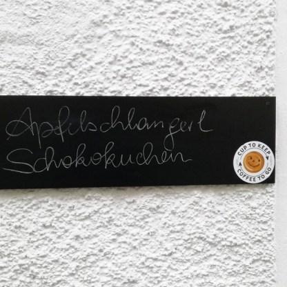 Sticker am Café viele Leute