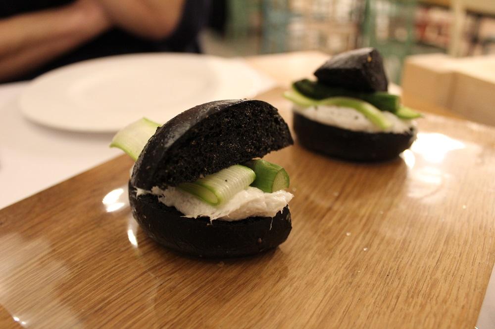 antipasto di pane nero con baccalà mantecato, asparagi crudi e cotti