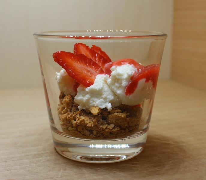 ricette dolci alle fragole, dolce al cucchiaio senza cottura