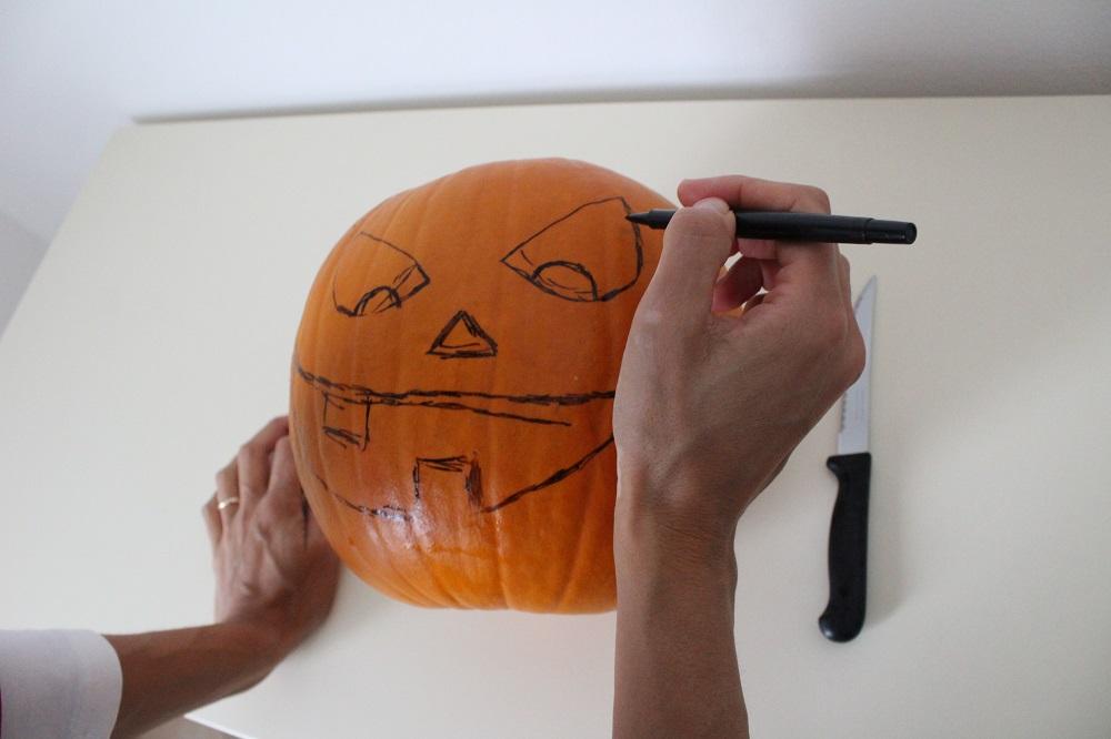 con un pennarello disegno la faccia che voglio realizzare