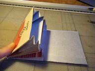 5. An der Kante der Öffnungen das Packerl so einschneiden, dass nur noch die Verschlusskappe stehen bleibt.