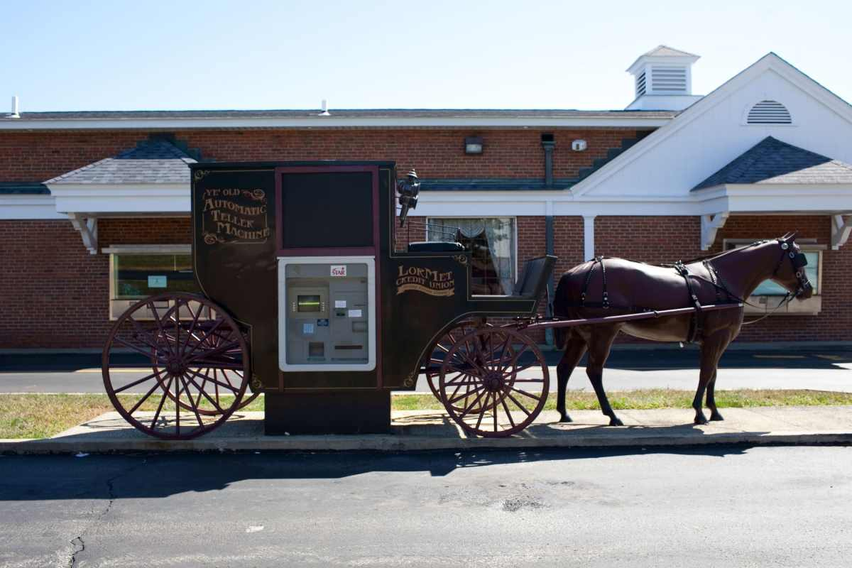 🐴🏧 Horse and Buggy ATM in Wellington, Ohio