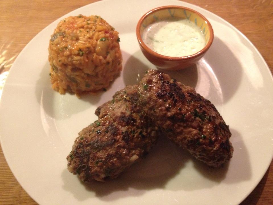 Köfte, muntknoflooksaus en gekruide rijst