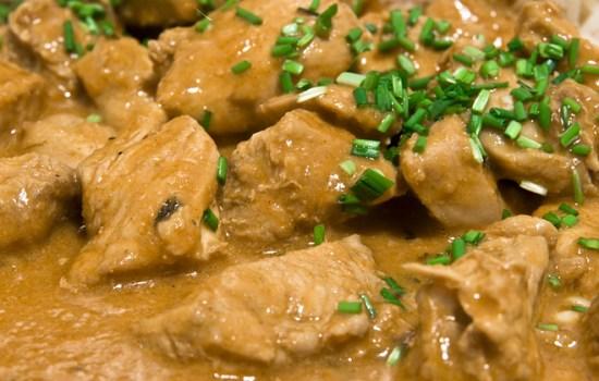 Butter chicken uit de slowcooker: boterzachte kip