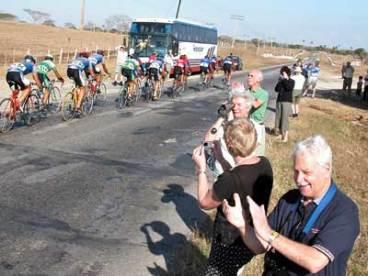 Turistas ven pasar la caravana multicolor de ciclistas que cumplen la quinta etapa de 126 km, rodada desde Las Tunas hasta Camagüey de la 30 Vuelta ciclista a Cuba, el 12 de febrero de 2005. Foto: Calixto N. Llanes/Juventud Rebelde (CUBA)