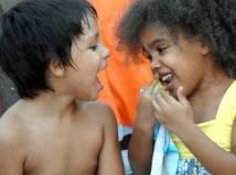 Dos niños cantan el 20 de Junio de 2010 en La Habana, Cuba. Foto: Calixto N. Llanes/Juventud Rebelde (CUBA)