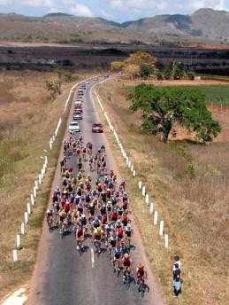 El pelotón de ciclistas recorren 120 km entre entre Matanzas y San Antonio de los Baños de la 30 Vuelta ciclista a Cuba, el 18 de febrero de 2005. Foto: Calixto N. Llanes/Juventud Rebelde (CUBA)