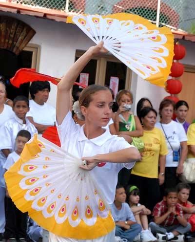 Una estudiante Wushu muestra sus habilidades el durante una exhibición el Día Mundial del Tai Chi y el Qi Gung, el 25 de Abril de 2009, La Habana, Cuba. Foto: Calixto N. Llanes/Juventud Rebelde (CUBA)