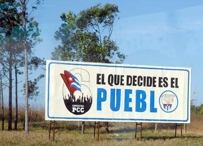 En la autopista de pinar una valla anuncia el 6to Congreso del Partido Comunista de Cuba, el 13 de enero de 2011, Pinar del Rio, Cuba. Foto: Calixto N. Llanes/Juventud Rebelde (CUBA)